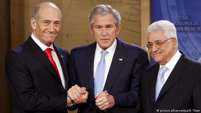 USA Annapolis US-Präsident George W. Bush (M) mit israelischem Ministerpräsidenten Ehud Olmert (l) und Palästinenserpräsident Mahmud Abbas (r) (picture-alliance/dpa/S. Thew)