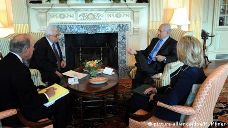 Israeli Prime Minister Benjamin Netanyahu speaks with Palestinian President Mahmoud Abbas as US Secretary of State Clinton and US envoy to the Middle East, George Mitchell, look on (picture-alliance/dpa/M. Milner)