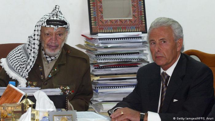 Palästina Ramallah Jassir Arafat und britischer Nahostbeauftragter Lord Levy Roadmap 2003 (Getty Iamges/AFP/J. Aruri)