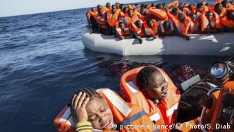 Mittelmeer Migranten und Flüchtlinge in Schlauchboot