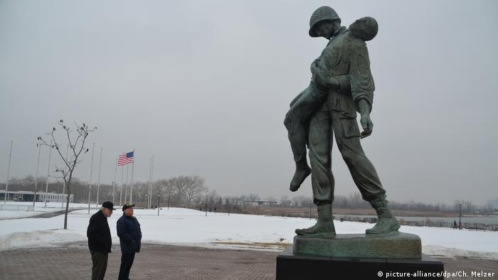 Donald Greenbaum (right), who was among those who liberated Dachau at the time, met former Dachau prisoner Ernest Gross (left) at the memorial in Liberty State Park, New Jersey in 2015. (picture-alliance/dpa/Ch. Melzer)