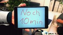 """""""Schmalbart"""" tagt im Barcamp-Stil: Wie viel Zeit für die jeweilige Sitzung noch bleibt, wird auf einem Tablet angezeigt"""