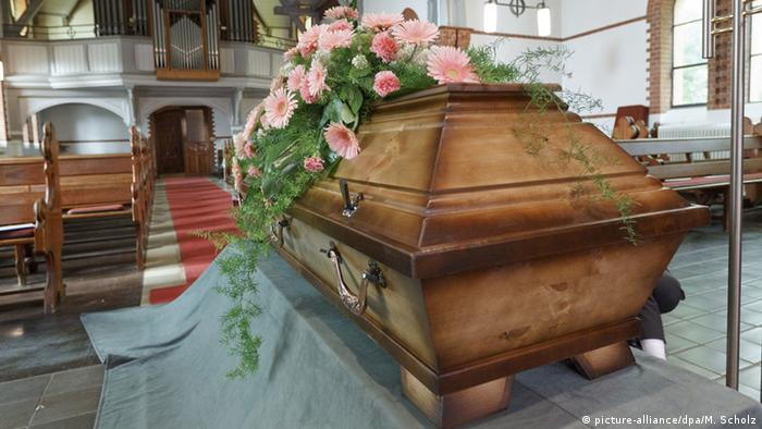 Coffin in a church (picture-alliance/dpa/M. Scholz)