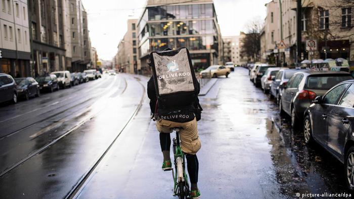 Fahrradkurier des Lieferdienstes Deliveroo