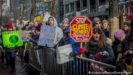 Climate activists rally against cabinet nominees in New York (picture-alliance/Zuma Press/)