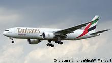 Ein Frachtflugzeug Boeing 777-200F der arabischen Fluggesellschaft Emirates Sky Cargo landet am Flughafen Düsseldorf-Lohausen.   Verwendung weltweit