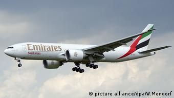 Landendes Frachtflugzeug Boeing 777 Emirates Sky Cargo (picture alliance/dpa/W.Mendorf)