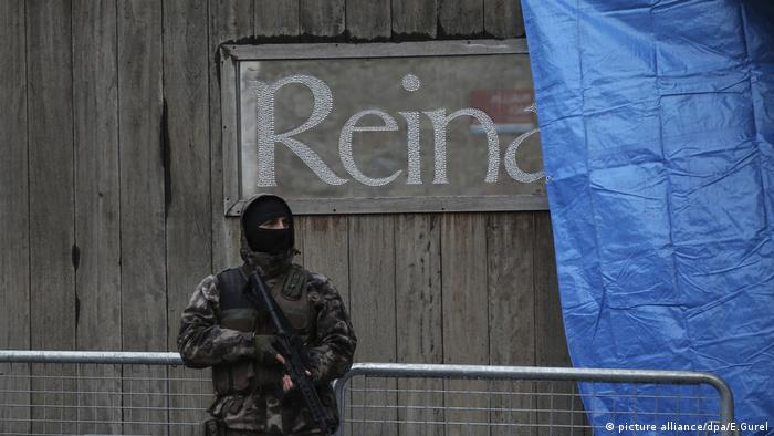 A policeman stands in front of sign that reads Reina (picture alliance/dpa/E.Gurel)