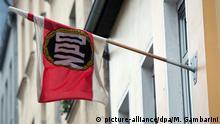 ARCHIV - Eine Fahne der NPD hängt am 04.12.2013 in Berlin an der Parteizentrale. Am 17.01.2017 verkündet das Bundesverfassungsgericht in Karlsruhe das Urteil im NPD-Verbotsverfahren. Foto: Maurizio Gambarini/dpa +++(c) dpa - Bildfunk+++   Verwendung weltweit