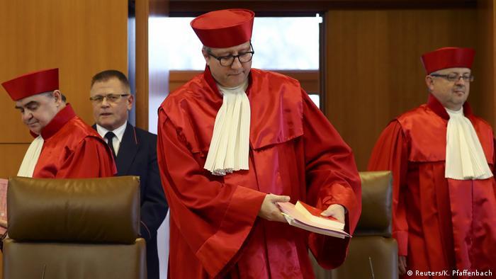 Deutschland Karlsruhe Entscheidung des Bundesverfassungsgerichts zu NPD-Verbot (Reuters/K. Pfaffenbach)