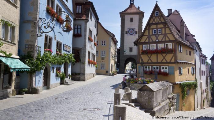 Ruela em Rothenburg ob der Tauber com casas enxaimel