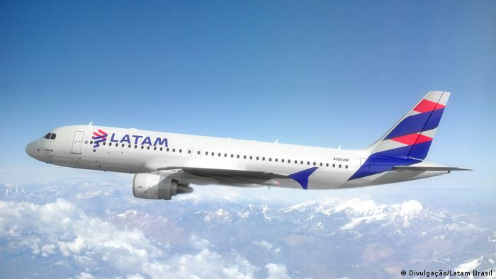 A companhia aérea Latam, a maior da América Latina, entrou com pedido de recuperação judicial nos Estados Unidos em razão do impacto da pandemia de covid-19. A medida foi anunciada uma semana depois que a Latam confirmou a demissão de 1.400 funcionários. A empresa reduziu suas operações em 95%. (26/05)
