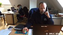 Colin Emde in seinem Büro der Off Road Kids Stiftung in Köln