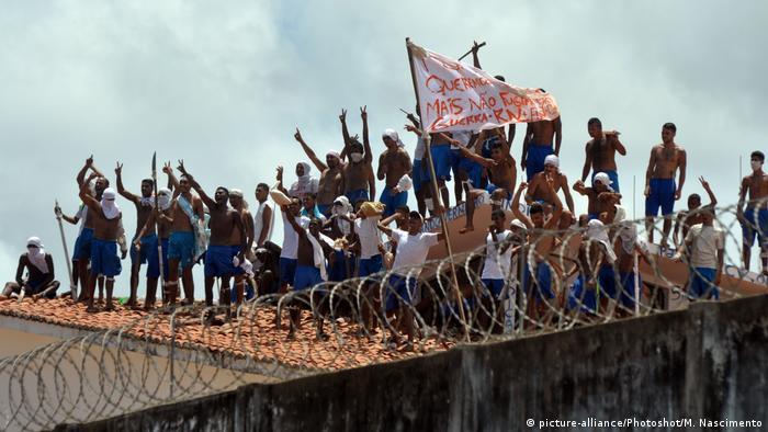 Presos rebelados no presídio de Alcaçuz, no Rio Grande do Norte, em janeiro de 2017