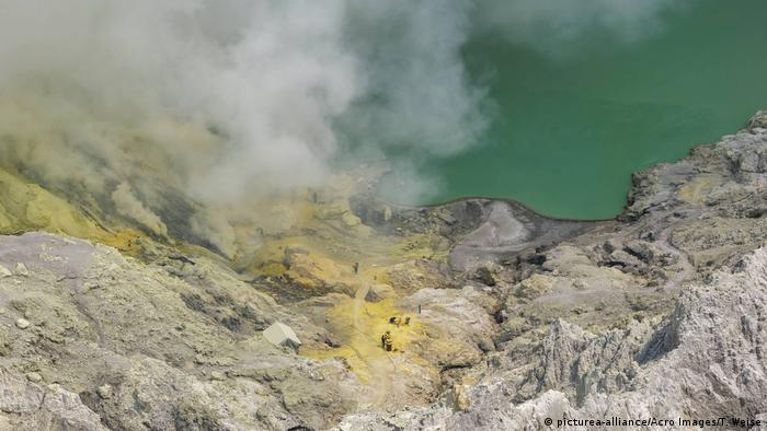 Indonesien Schwefelabbau in Ijen (picturea-alliance/Acro Images/T. Weise)