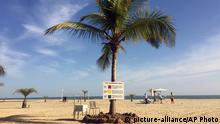 Einige wenige Touristen halten sich am 17.01.2017 in Banjul, Gambia, am Strand auf. Kurz vor der geplanten Amtsübergabe an den neu gewählten Präsidenten hat das Parlament im westafrikanischen Gambia einen dreimonatigen Ausnahmezustand erklärt. Damit kann sich der abgewählte Staatschef Yahya Jammeh zunächst weiter an der Macht halten. Foto: Uncredited/AP/dpa +++(c) dpa - Bildfunk+++