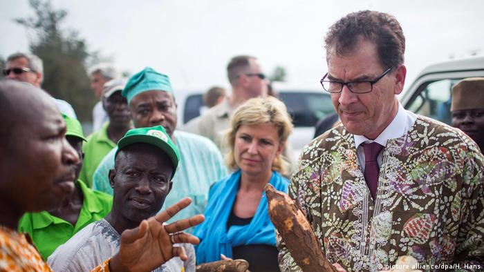 Gerd Müller in Afrika (picture alliance/dpa/H. Hans)