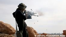 January 17, 2017 A member of Free Syrian Army uses a gun as the FSA members advance to al-Bab town of Aleppo during the Operation Euphrates Shield in Aleppo, Syria on January 17, 2017. The anti-Daesh operation called Euphrates Shield, which was launched on August 24, aims at improving security, supporting coalition forces, supporting Syria'Äôs territorial integrity and eliminating the terror threat along Turkey'Äôs border through Free Syrian Army (FSA) fighters backed by Turkish armor, artillery, and jets. Huseyin Nasir / Anadolu Agency | Keine Weitergabe an Wiederverkäufer.