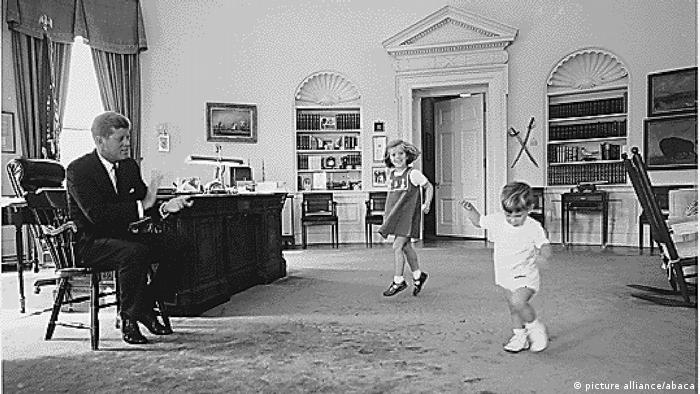 Caroline Kennedy and John F. Kennedy Jr. in the Oval Office in 1962 (picture alliance/abaca)