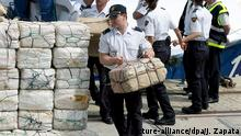 Spanish police carrying parcels containing cocaine found on a fishing boat (picture-alliance/dpa/J. Zapata)