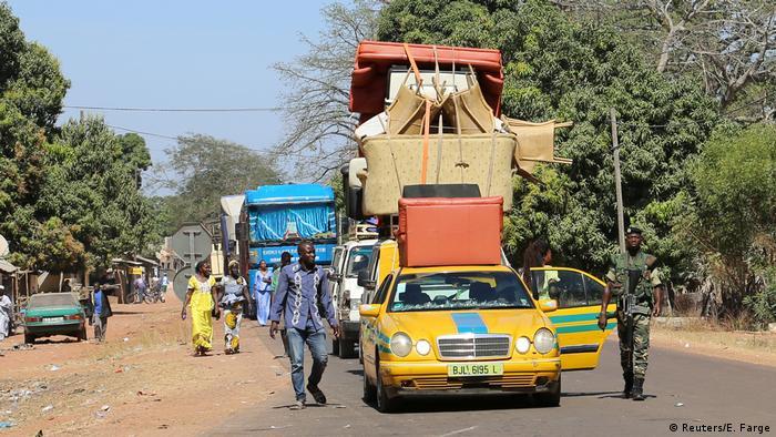 Gambia Flüchtlinge auf dem Weg zur Grenze in Seleki
