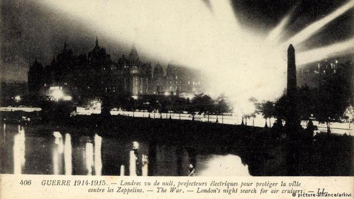 London, 1915, Floodlights against Zeppelins (Photo: picture-alliance/arkivi)