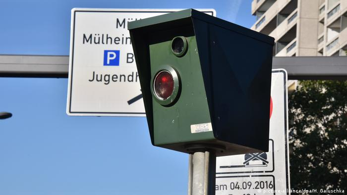 Permanent speed camera on side of road (picture-alliance/dpa/H. Galuschka)