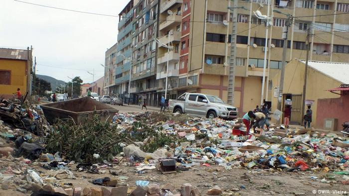 Lixo numa das artérias do Lubango, Angola