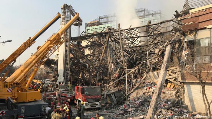 Iran Tehran Brand Haus Gebäude Einsturz Feuerwehr (picture-alliance/AP Photo/E.Noroozi)