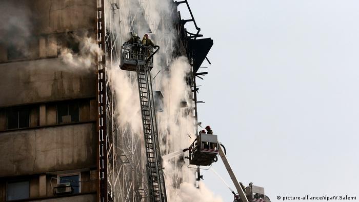Iran Tehran Brand Haus Gebäude Einsturz Feuerwehr (picture-alliance/dpa/V.Salemi)