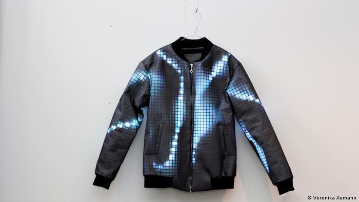 Jacke aus LED-Lampen der Designerin Veronika Aumann (Foto: Veronika Aumann)