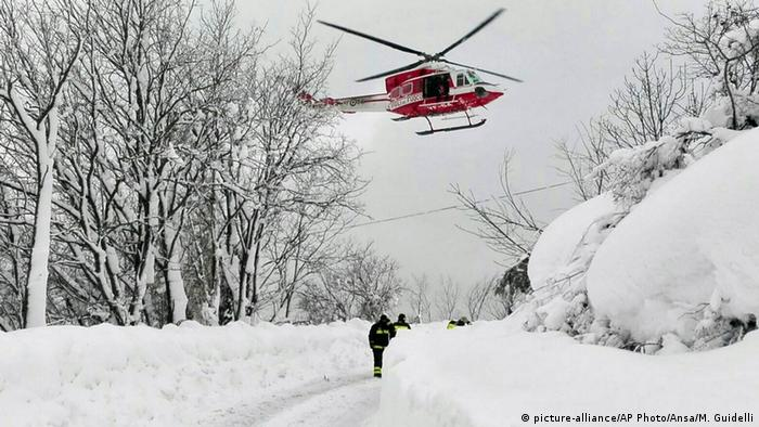 Italien Erdbeben Lawinenabgang in Farindola (picture-alliance/AP Photo/Ansa/M. Guidelli)