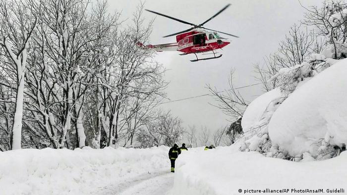 Italien Erdbeben Lawinenabgang in Farindola (picture-alliance/AP Photo/Ansa/M. Guidelli)