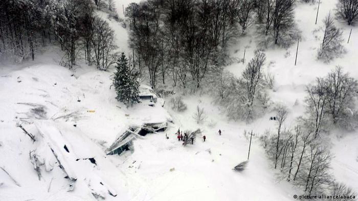 Italien Erdbeben Lawinenabgang in Farindola (picture-alliance/abaca)