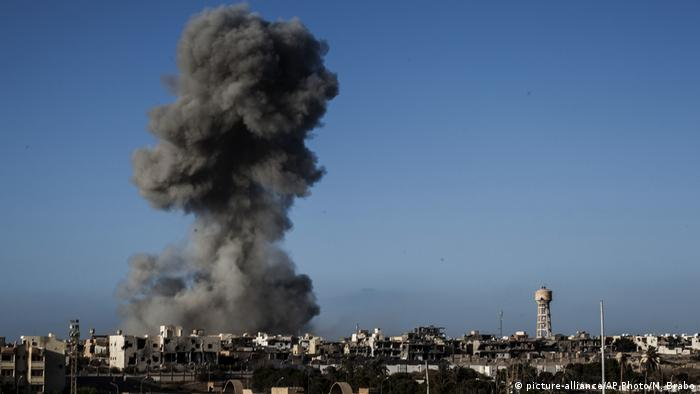 Smokes rises after an airstrike on an Islamic State militants held area in Sirte, Libya (picture-alliance/AP Photo/M. Brabo)