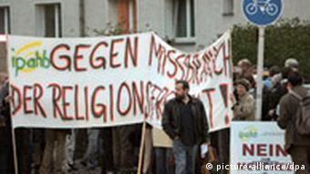 Protestors demonstrate against the Ahmadiyya mosque in Berlin