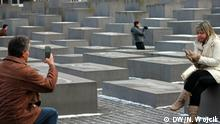 Deutschland Touristen am Holocaust-Mahnmal in Berlin