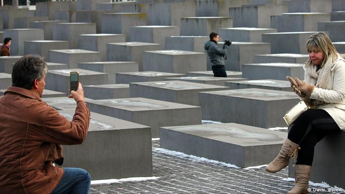 Deutschland Touristen am Holocaust-Mahnmal in Berlin (Foto: DW/N. Wojcik)