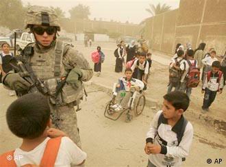 آیا به زودی صحنههایی این چنین فقط در عکس و فیلم قابل مشاهدهاند؟ بر پایه پیمان امنیتی، آمریکا از تابستان سال آینده سربازانش را نخست از شهرهای عراق به پادگانها خواهد برد. قرار است تا پایان ۲۰۱۱ همه نیروهای رزمی آمریکایی عراق را ترک کنند.