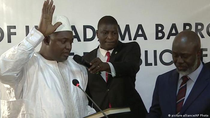 A new Gambian president has been sworn into office in neighboring Senegal, while Gambia's defeated longtime ruler refuses to step down from power (picture-alliance/AP Photo)