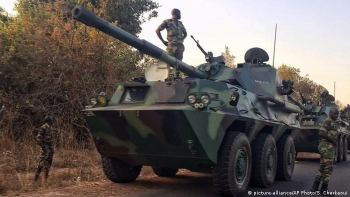 Senegal Gambia Panzer vor Grenze (picture-alliance/AP Photo/S. Cherkaoui)