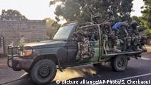 19.01.2017+++A convoy of Senegal soldiers on root towards the Gambia boarder with Senegal near Karang, Senegal, Thursday, Jan. 19, 2017. Senegalese troops charged into neighboring Gambia late Thursday in a show of force to oust longtime ruler Yahya Jammeh after he failed to step aside when his mandate ended at midnight after losing the presidential election last month. (AP Photo/Sylvain Cherkaoui) |