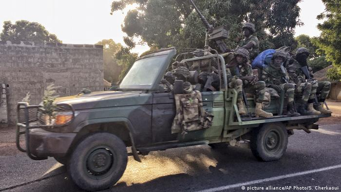 Сенегальські солдати на кордоні з Гамбією