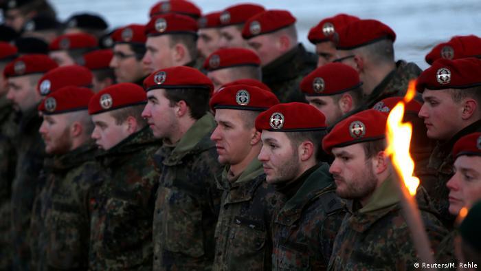 Les soldats des forces armées allemandes Bundeswehr participent à la cérémonie d'adieu pour l'infanterie mécanisée Panzergrenadierbataillon 122, qui doivent être déployés en Lituanie (Reuters / M. Rehle)