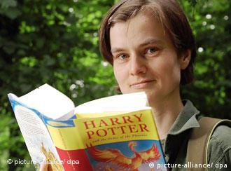 Theologin Katrin Schröder blättert in Harry Potter Buch. (Quelle: Picture Alliance/dpa)