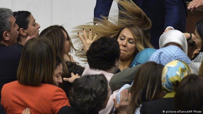 Türkei | Handgreiflichkeiten im türkischen Parlament aufgrund der Verfassungsreform
