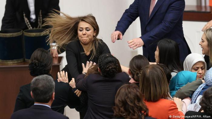 Türkei | Handgreiflichkeiten im türkischen Parlament aufgrund der Verfassungsreform (Getty Images/AFP/A. Altan)