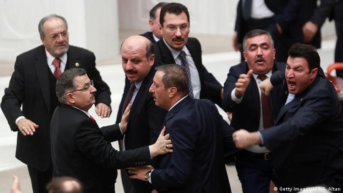 депутаты турецкого парламента