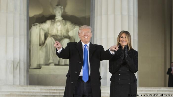 USA | Donald and Melania Trump vor dem Lincoln Memorial beim Make America Great Again Welcome Celebration Concert (picture-alliance/CNP/A. Lohr-Jones)