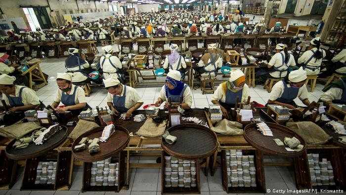 Indonesien Zigarrenproduktion Fabrik (Getty Images/AFP/J. Kriswanto)